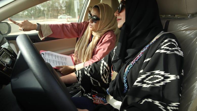 سيدة سعودية تتعلم قيادة السيارات