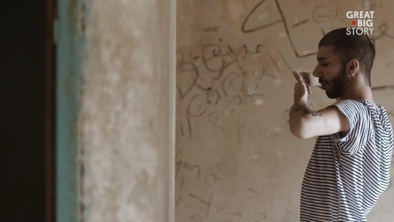"""من قلب بيروت..راقص شرقي """"يتمايل"""" للحرية"""