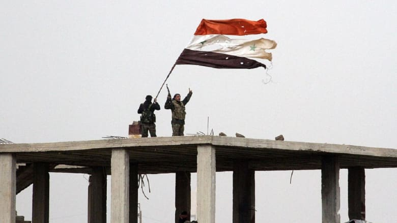 """الجيش السوري يرفع علم البلاد بـ""""مهد الثورة"""" ضد حكم الأسد"""