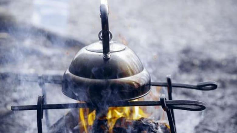 يمكنك تدفئة نفسك خلال شرب الشاي الساخن أثناء التخييم.