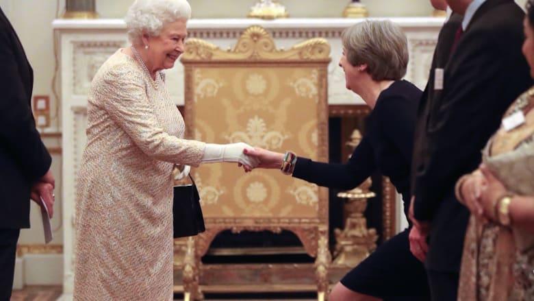 ما هي الأمور التي عليك فعلها أو تجنبها عند مقابلة الملكة؟