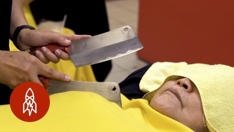 هل تجرؤ على تجربة التدليك بالسكاكين؟