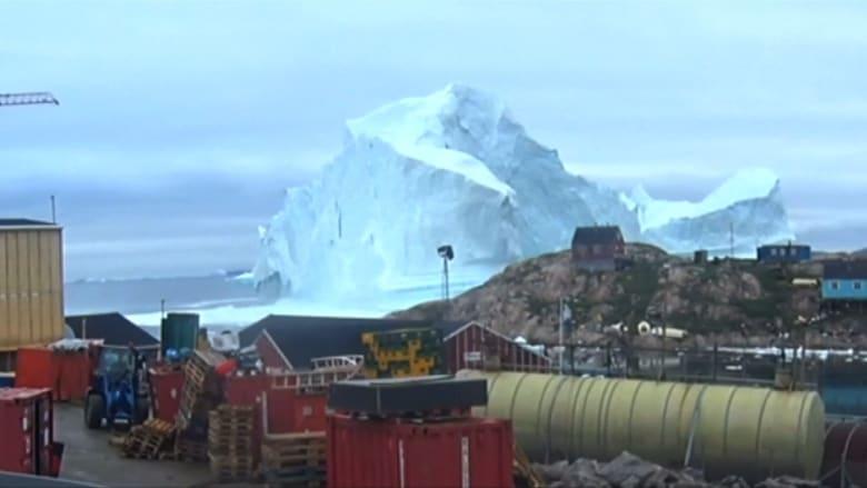 جبل جليدي ضخم يهدد بلدة بأكملها.. ومخاوف من تسونامي