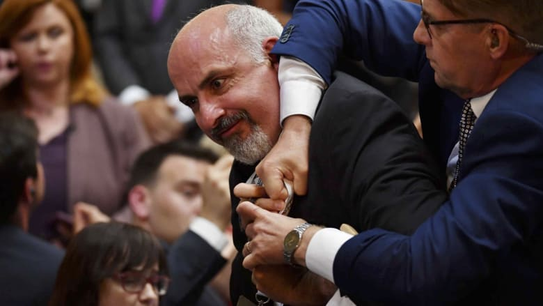 شاهد.. رجل يطرد بالقوة من مؤتمر صحفي لبوتين وترامب