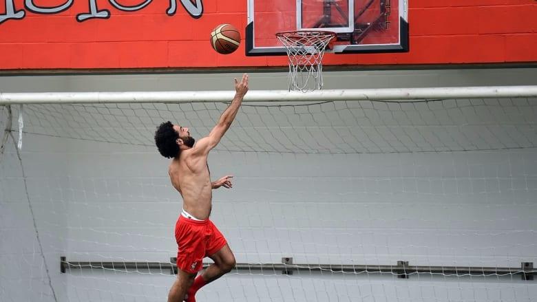 محمد صلاح.. هل يبرع بكرة السلة مثل كرة القدم؟