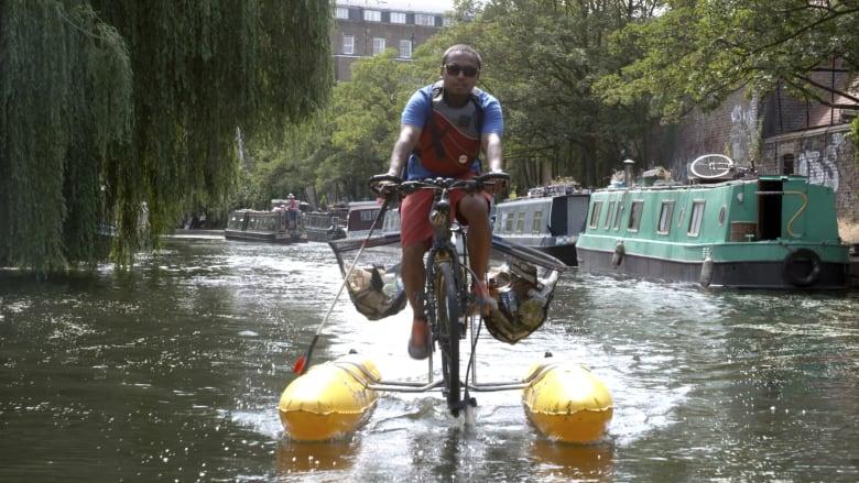 لماذا يقود هذا الرجل دراجته فوق أكبر نهر بإنجلترا؟