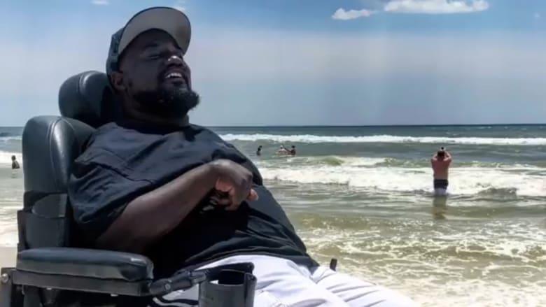 شاهد.. كرسي متحرك يحقق حلم توماس برحلة إلى الشاطئ
