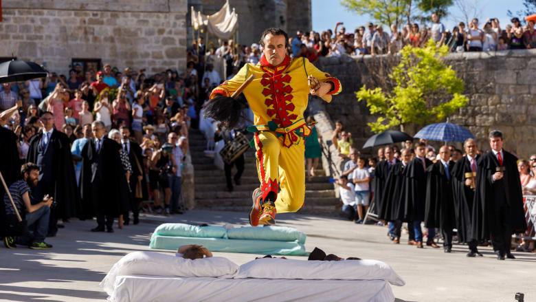 """بالصور..القفز فوق الأطفال الرضع بإسبانيا لإبعاد """"الشياطين"""""""