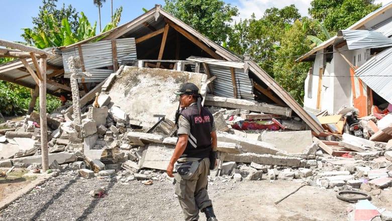 زلزال عنيف يضرب إندونيسيا.. والمئات يعلقون على جبل بركاني