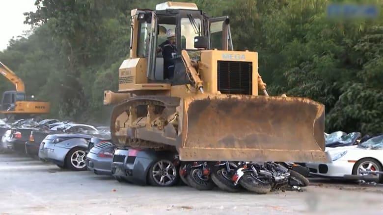 رئيس الفلبين يُدمر 68 سيارة فارهة قيمتها 5.5 مليون دولار