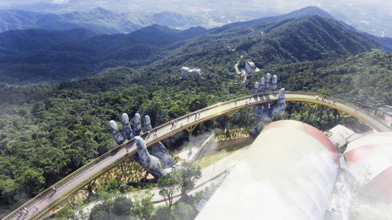 يدان عملاقتان تحملان جسراً ذهبياً في فيتنام