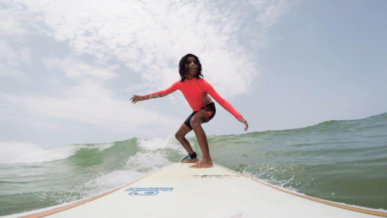 شاهد.. فتاة بعمر 10 أعوام تركب الأمواج