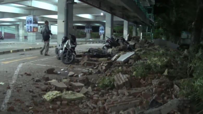 شاهد.. عشرات القتلى في سلسلة زلازل ضربت إندونيسيا
