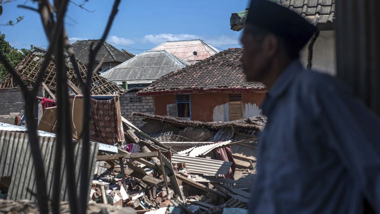 بعضهم هرب من المسجد وبعضهم لجأ للبحر.. زلزال ضخم بإندونيسيا
