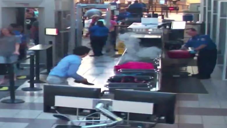 شاهد.. كيف تصرف ضابط أمن بسبب دخان ينبعث من حقيبة في المطار؟