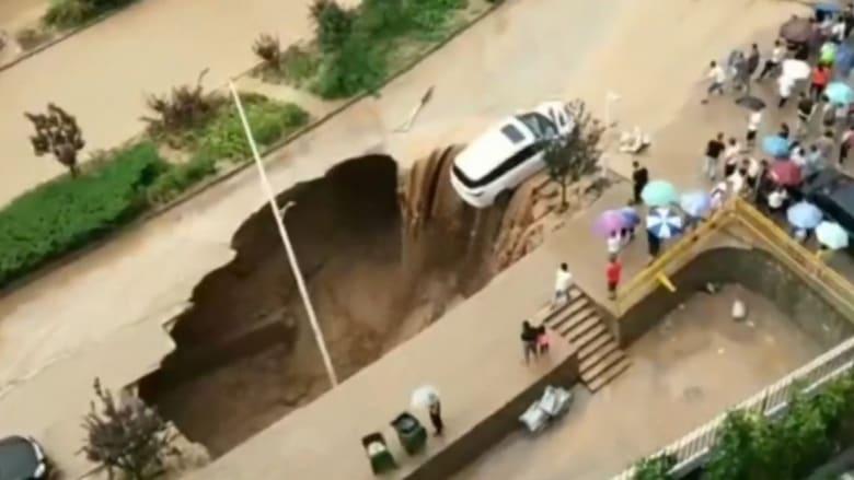 إنقاذ سيارة من السقوط في حفرة سببتها الفيضانات في الصين