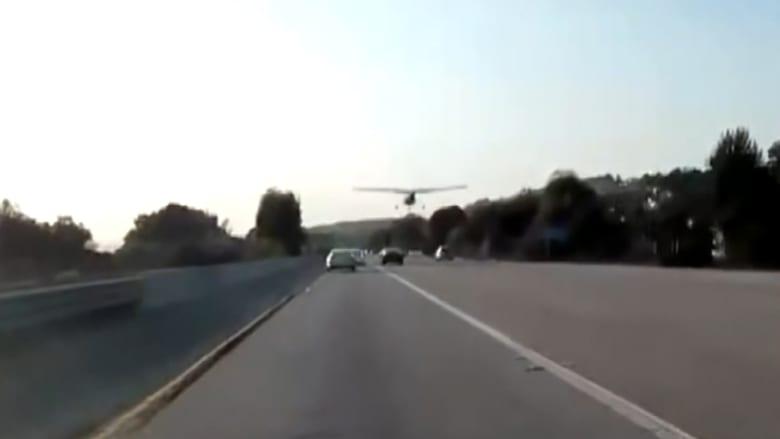 طائرة صغيرة تهبط اضطراريا بين سيارات على طريق سريع