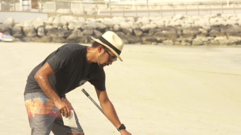على شاطئ رملي في دبي.. لوحات عملاقة تحمل عبرة للحياة