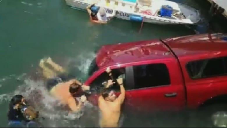 إنقاذ عائلة داخل سيارة تغرق في اللحظات الأخيرة