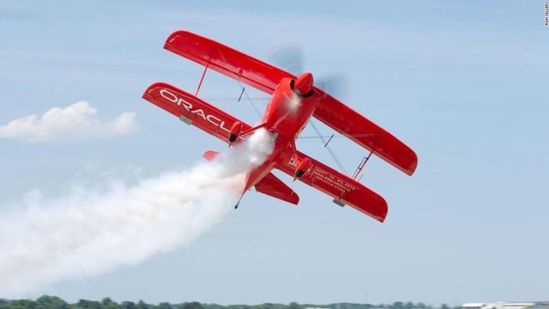 حركات بهلوانية مدهشة.. عروض الطيران هذه من الخيال