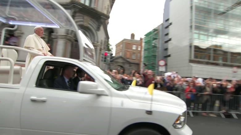 موكب البابا فرنسيس يمر أمام قلعة دبلن