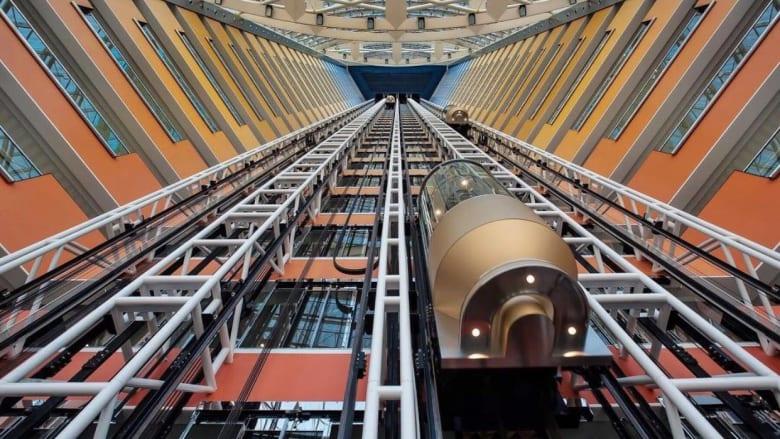 """عشاء """"معلقة"""" بين السماء والأرض.. في مصعد أحد أفخم فنادق دبي"""