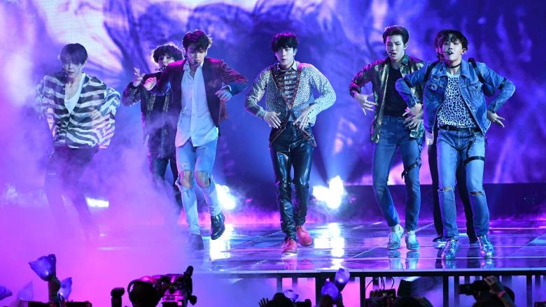 من هي الفرقة الكوريّة التي حطّمت رقم تايلور سويفت القياسيّ؟