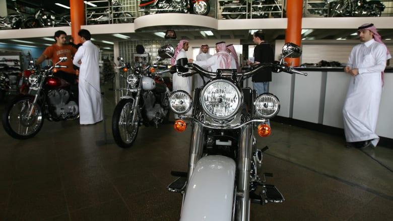 سعوديون في أحد معارض بيع الدرجات النارية