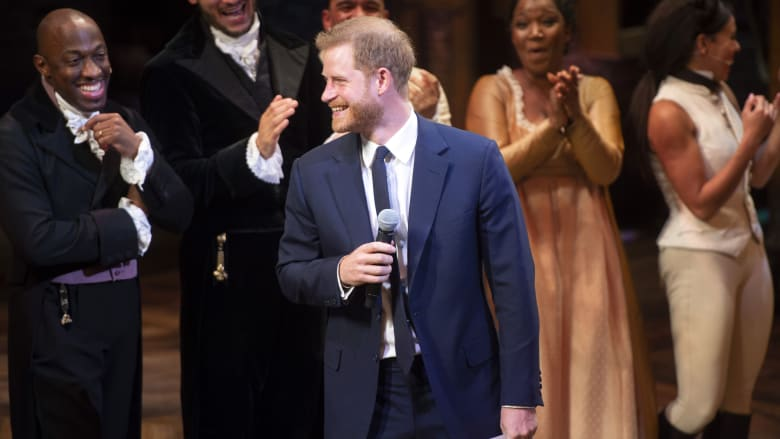 الأمير هاري يغني في عرض مسرحي