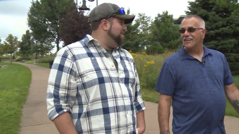 بعد عملهما سويا لعامين.. رجل يكتشف أن صديقه هو والده