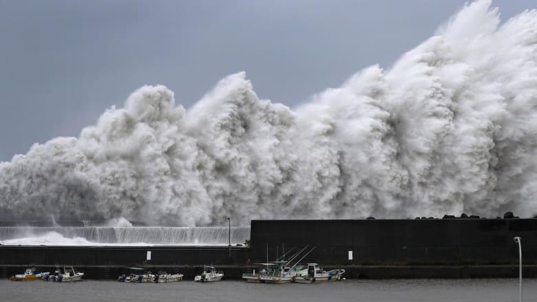 اليابان.. سيارات تطير وسفن تتحطم بسبب أقوى إعصار منذ 25 عام