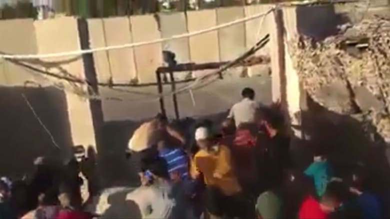 لحظة اقتحام محتجين غاضبين مبنى حكومي بالبصرة