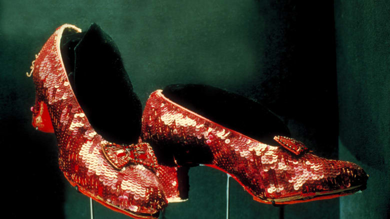 بعد 13 عاما من اختفائه.. FBI تسترجع أشهر حذاء بتاريخ هوليوود