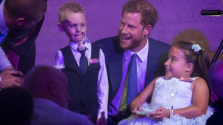 الأمير هاري وميغان يلتقيان أطفالاً ملهمين يكافحون المرض