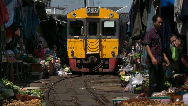 في تايلاند.. قطار يمر وسط سوق 8 مرات في اليوم