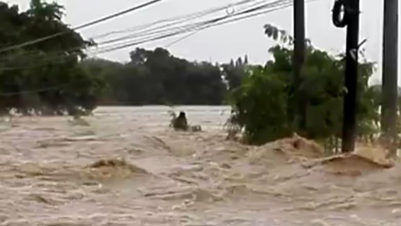 مشهد مرعب.. رجل يحاول عبور نهر بالفلبين وهذا ماحصل له