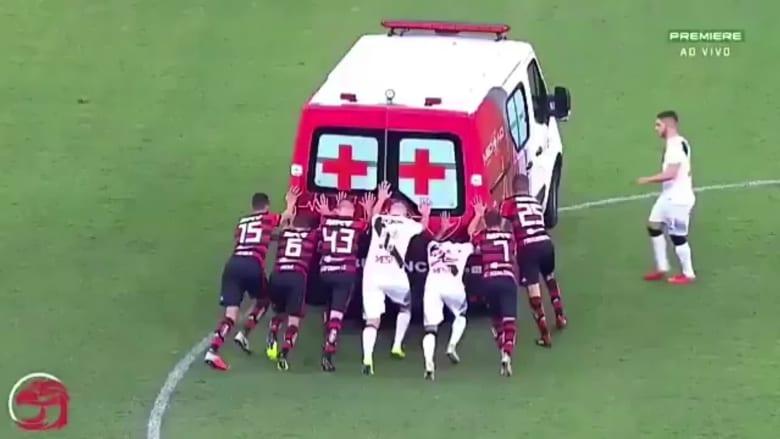 """لاعبون """"ينقذون"""" سيارة إسعاف حاولت نجدة زميلهم المصاب"""