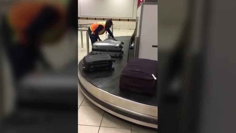 فيديو لموظف حقائب في المطار يحصد أكثر من مليون مشاهدة