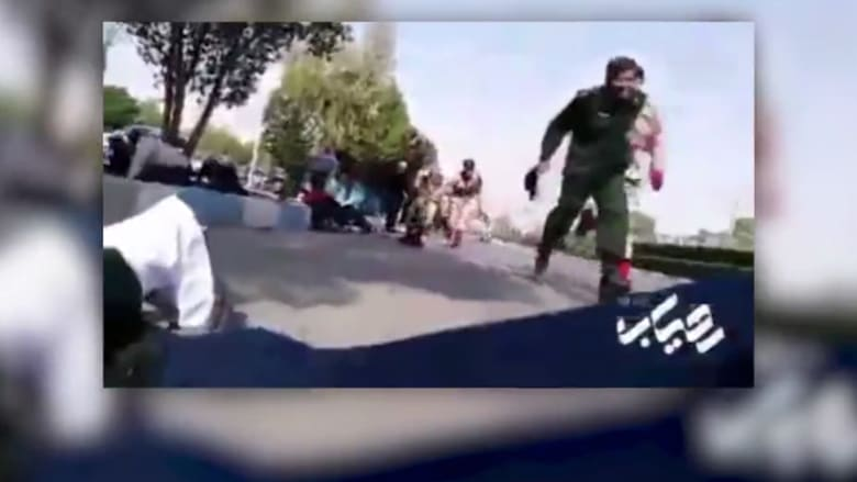 شاهد لحظة وقوع هجوم خلال استعراض عسكري في إيران