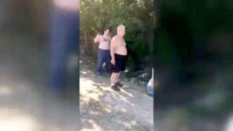 فيديو صادم.. أب وابنه يقتلان جارهما بسبب مرتبة فراش