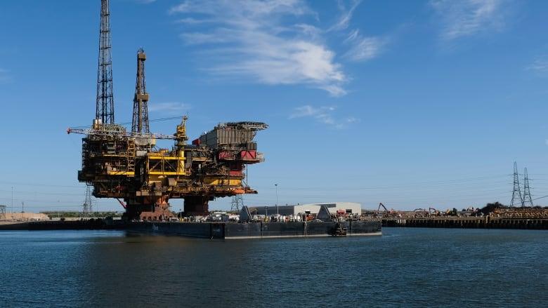 رغم مطالبات ترامب بخفض الأسعار.. النفط يتخطى الـ80 دولار