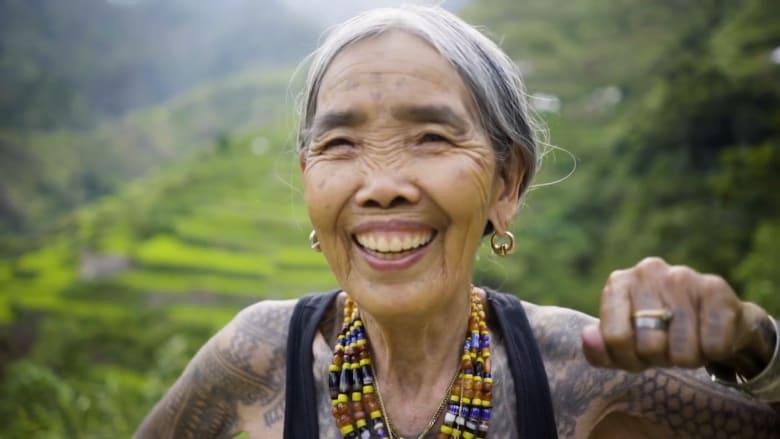 فنانة وشوم تبلغ 101 عام.. ترسم الوشوم بأشواك الأشجار