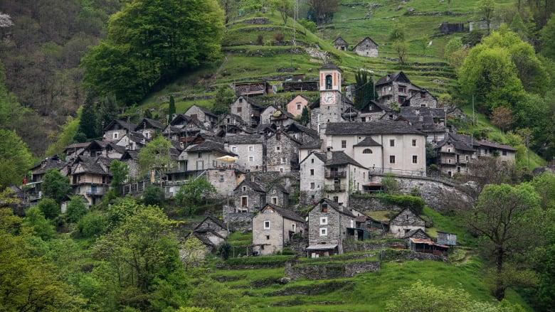 قرية سويسرية بكاملها تتحول إلى فندق في العام 2020