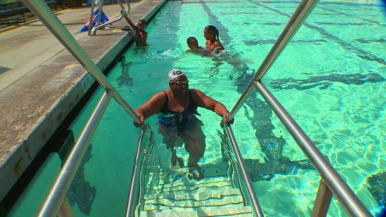 ممارسة السباحة تنقذ كفيفة عمرها 71 عاما
