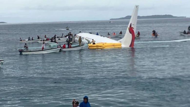 سقوط طائرة بالبحر يُجبر ركابها على السباحة لإنقاذ حياتهم