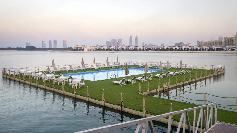 شاهد.. أول حوض سباحة عائم في دبي
