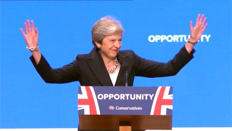 رئيسة وزراء بريطانيا تبدأ كلمتها بالرقص على المسرح