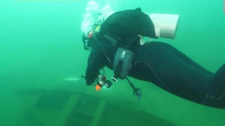 في هذه البحيرة.. استكشف معرض القوارب الغارقة تحت الماء