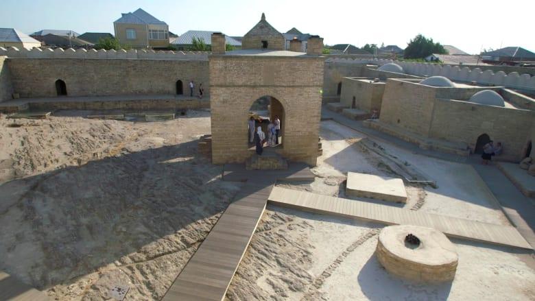 """استكشف معبد النار في أذربيجان.. حاضن """"الشعلة الأبدية"""""""