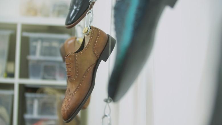 """مصنع الأحذية الإيطالي بدبي.. 150 خطوة لصنع """"الحلم"""""""